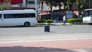 Yol ortasındaki bavul polisi harekete geçirdi